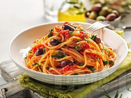 Зеленчукова паста (спагети) Путанеска с домати, каперси, чесън и маслини - снимка на рецептата